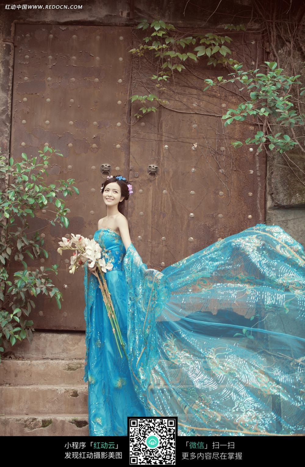 蓝裙古装美女婚纱摄影