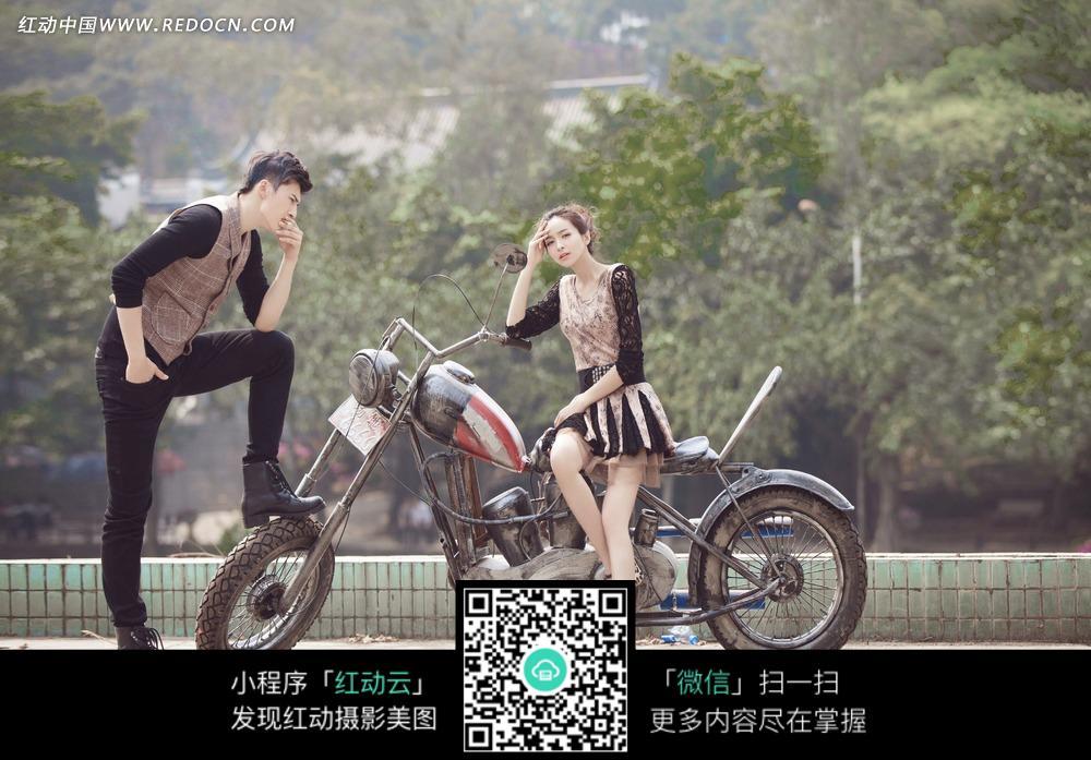 摩托车和情侣婚纱摄影