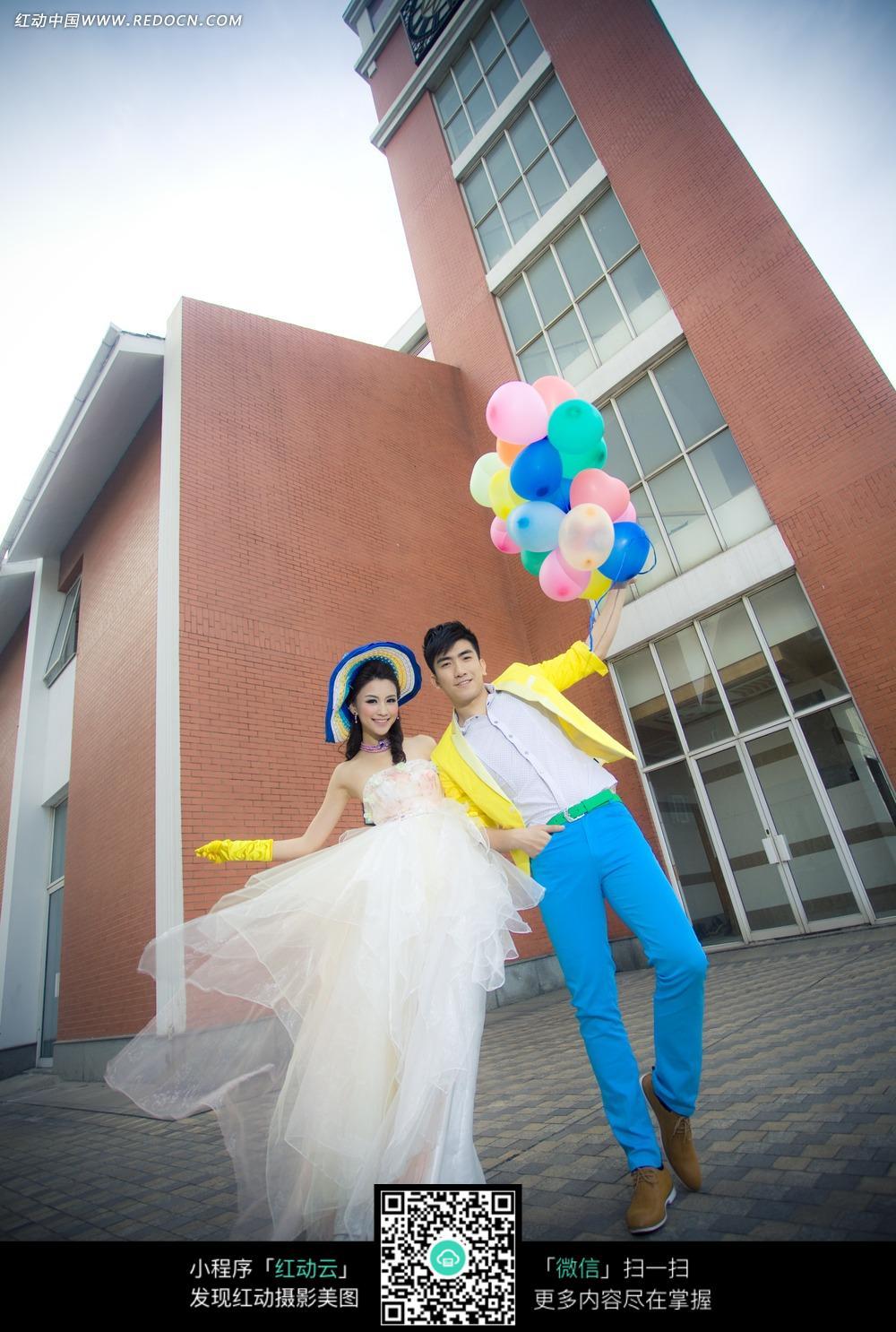手拿气球的情侣婚纱摄影图片