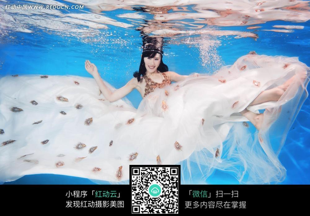 水中美女婚纱摄影图片