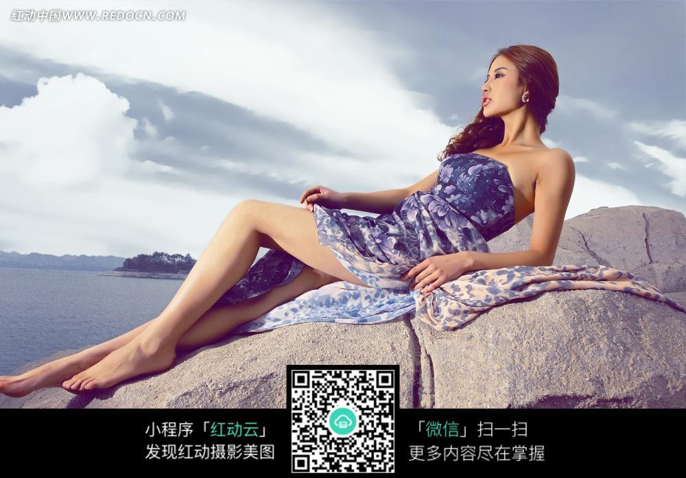 meinvxiezhen_躺在岩石上的美女写真摄影