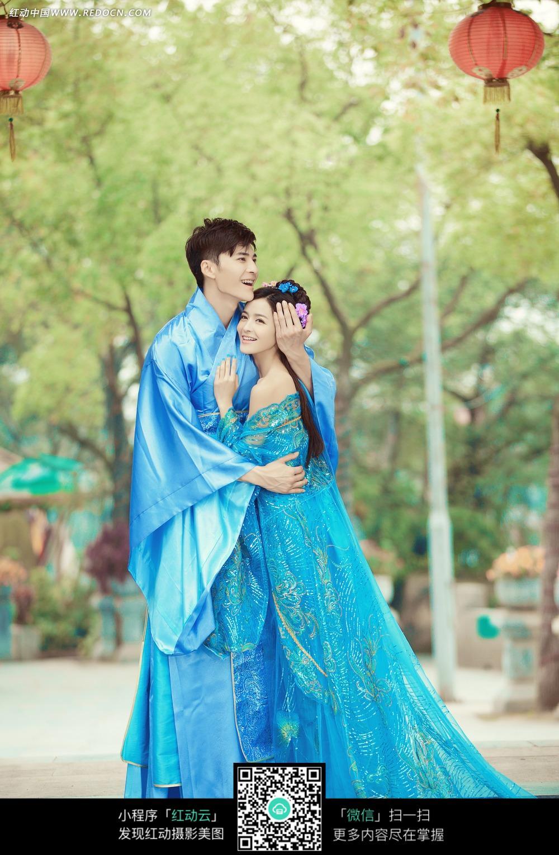 拥抱的古装情侣婚纱摄影