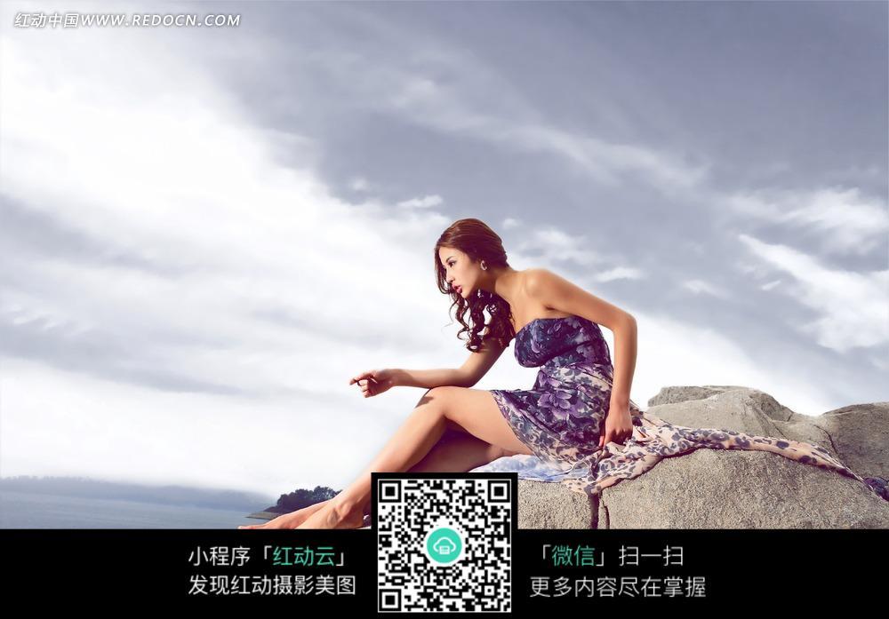 meinvxiezhen_坐在石头上的美女写真摄影