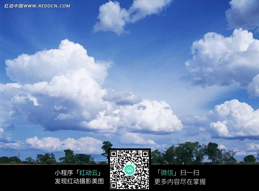 红动网提供天空云彩精美素材免费下载,您当前访问素材主题是白云下的树木,编号是3124675,文件格式JPG,您下载的是一个压缩包文件,请解压后再使用看图软件打开,图片像素是2950*2094像素,素材大小 是295.39 KB,如果您喜欢本作品,请使用上方的分享功能,分享给您的朋友,可以给他们的设计工作带来便利。