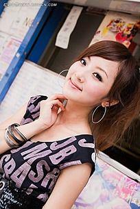 戴耳环微笑的美女图片