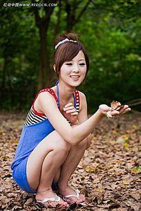 手拿树叶的美女写真摄影