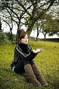 拿着树叶的美女写真摄影图片