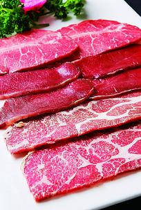 新鲜的肉类拼盘摆盘照片
