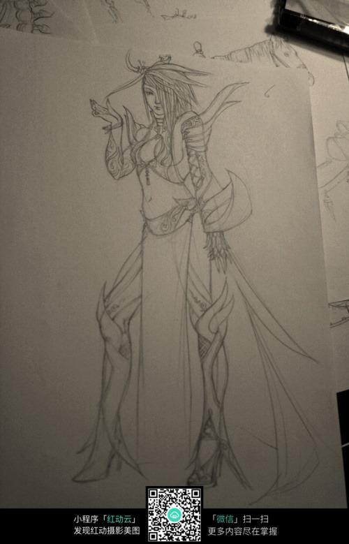 拿刀的美女战士手绘线稿素材