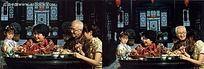 坐在圆桌前一起吃饭的一家人