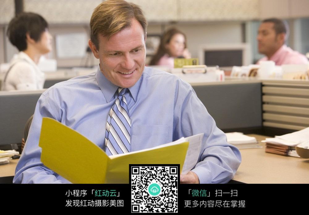 您当前访问素材主题是办公室员工看文件,编号是3831388,文件格式jpg图片