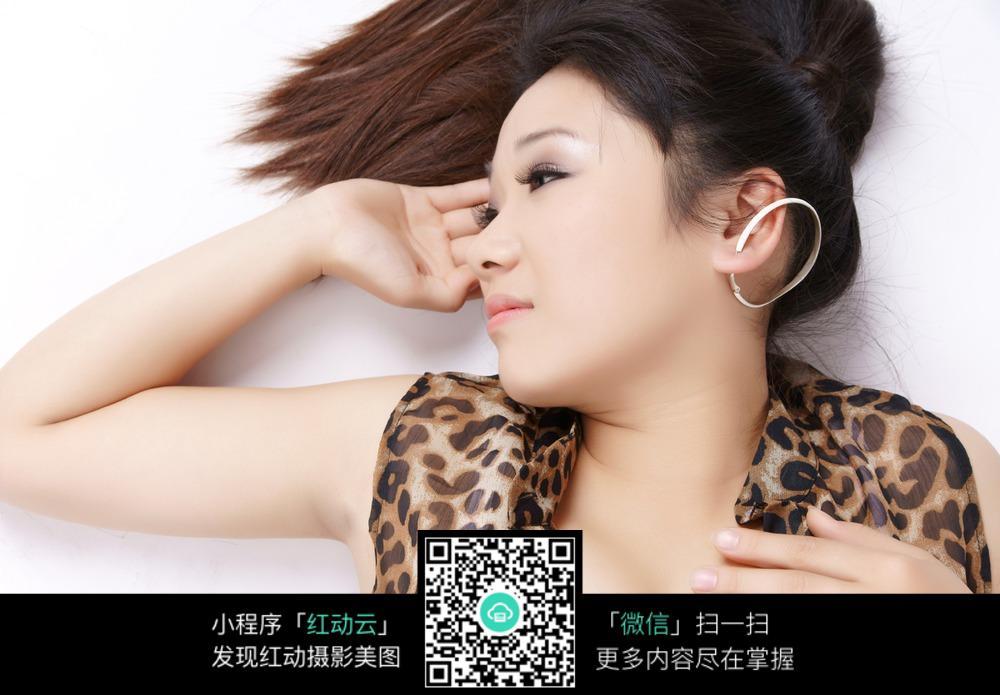 穿豹纹衣服侧身躺着的美女图片