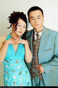 穿蓝色系服装的婚纱照