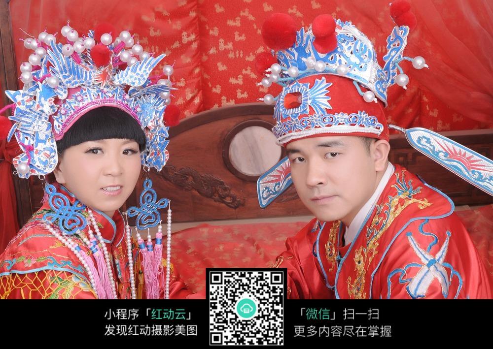 穿中国古装的新郎新娘