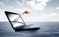 从电脑桌面上跃出到大海里面的金鱼