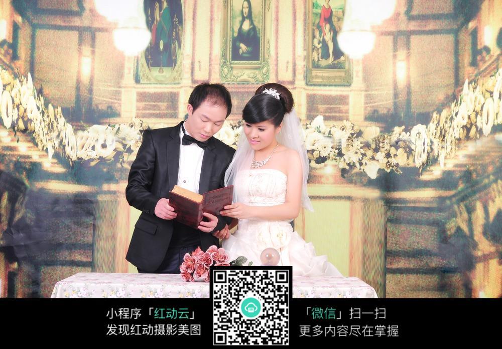 看书的新郎新娘婚纱照