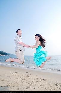 拉手跳跃的情侣婚纱摄影