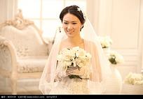 拿着花的美女婚纱摄影