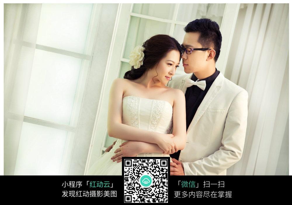 免费素材 图片素材 人物图片 新人情侣 室内相拥的新郎新娘婚纱照  请