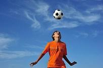 头顶足球的运动员