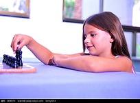 玩弄国际象棋的外国小女孩