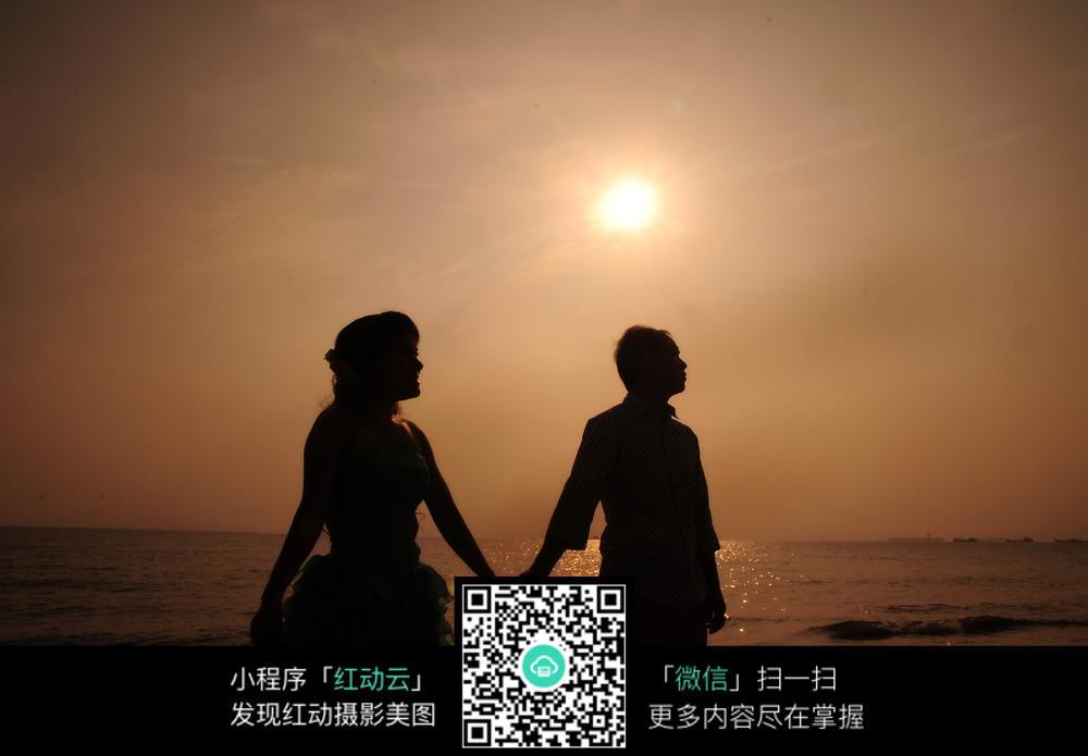 夕阳下牵手的情侣婚纱摄影图片