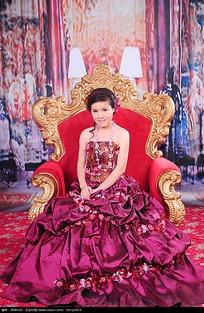 优雅的红裙美女婚纱摄影