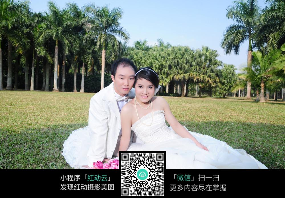 小女孩luotizaicaodishang_坐在草地上的情侣婚纱摄影