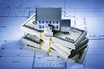 美元纸币上的建筑小房子模型