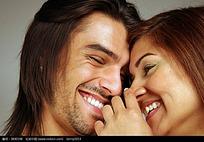 面对面微笑的情侣照
