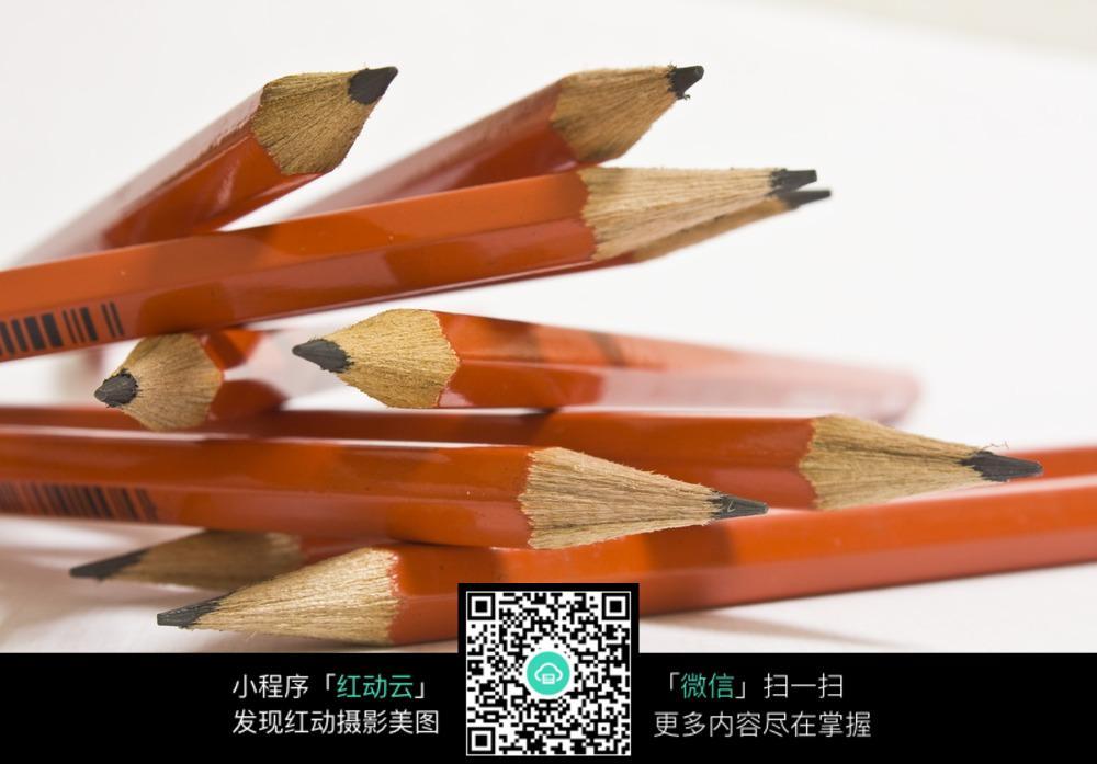 散落堆在一起美术铅笔特写