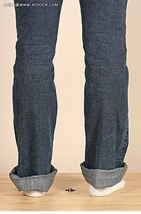 穿牛仔裤的女人脚高清图