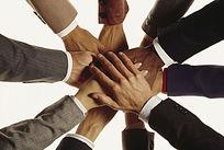 合作共赢的手叠手动作