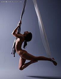 吊着绳子的美女写真