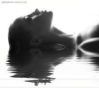 水中的美女写真摄影