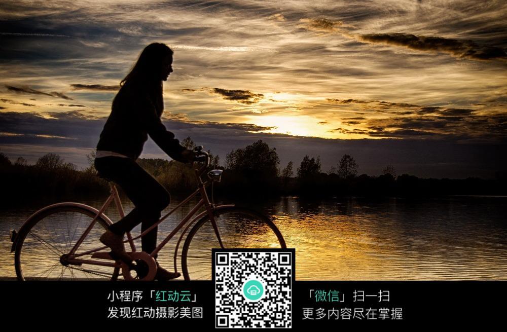 河边骑自行车的女孩图片 自然风景图片