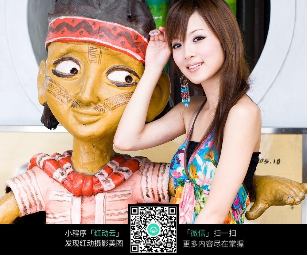 木偶怀抱美女合影图片 其他人物图片