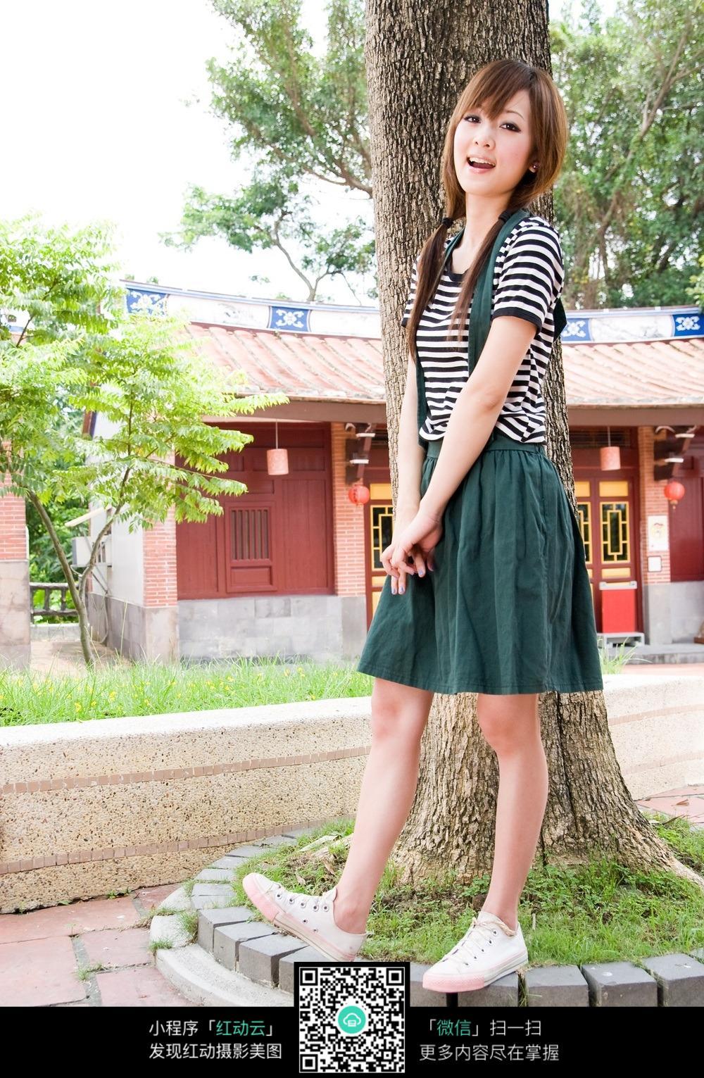 背带a字裙   森女   日系   羞涩   树下   侧身站立 人物素材 摄影图