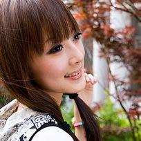 侧脸微笑眼影清纯长发女孩