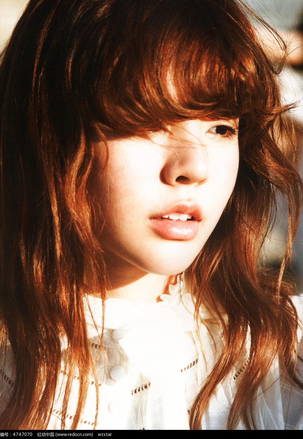 长发女孩侧脸摄影图