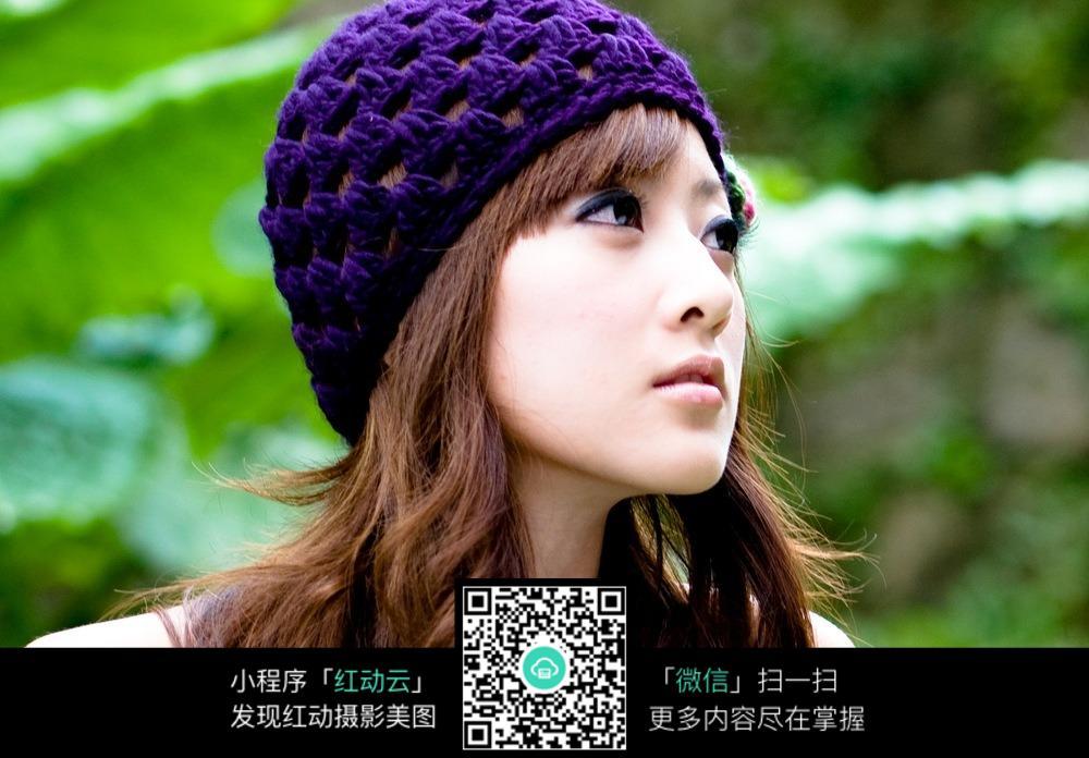 戴紫色帽子的女生