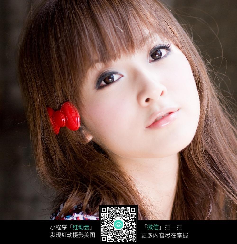 红色蝴蝶结发夹齐刘海长发女摄影头像图片