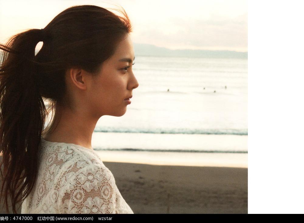 马尾女孩侧脸海边摄影图图片 名人明星图片
