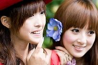 齐刘海姐妹微笑合影