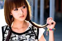 手拿头发齐刘海甜美女孩