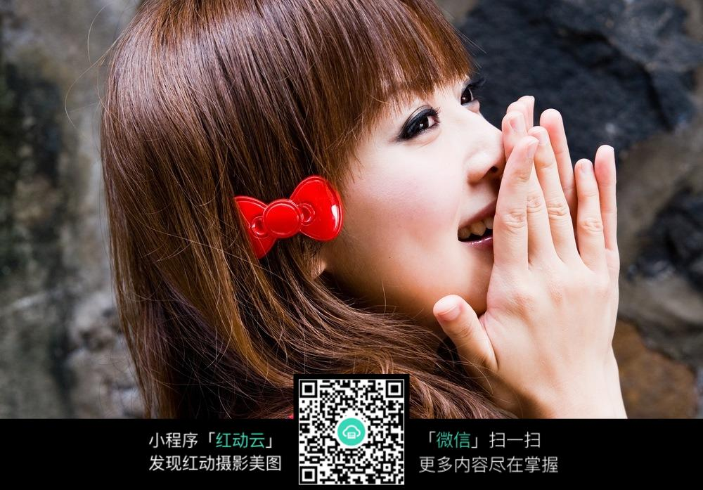 双手捂脸的甜美女孩图片