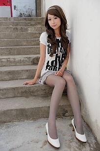 坐在石阶上的丝袜美女
