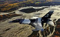 大地上正在飞行的战斗机