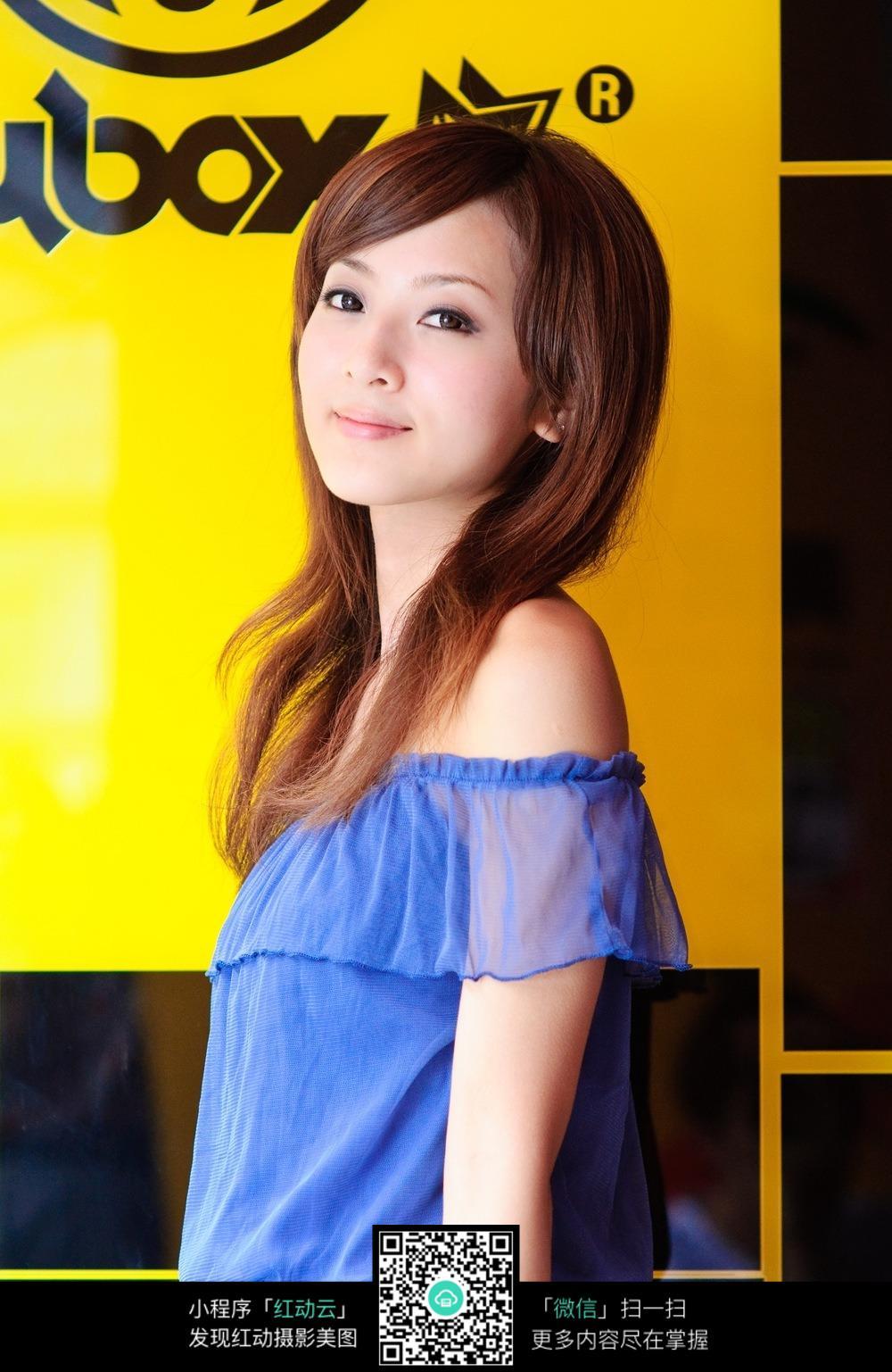 穿蓝色衣服的美女模特