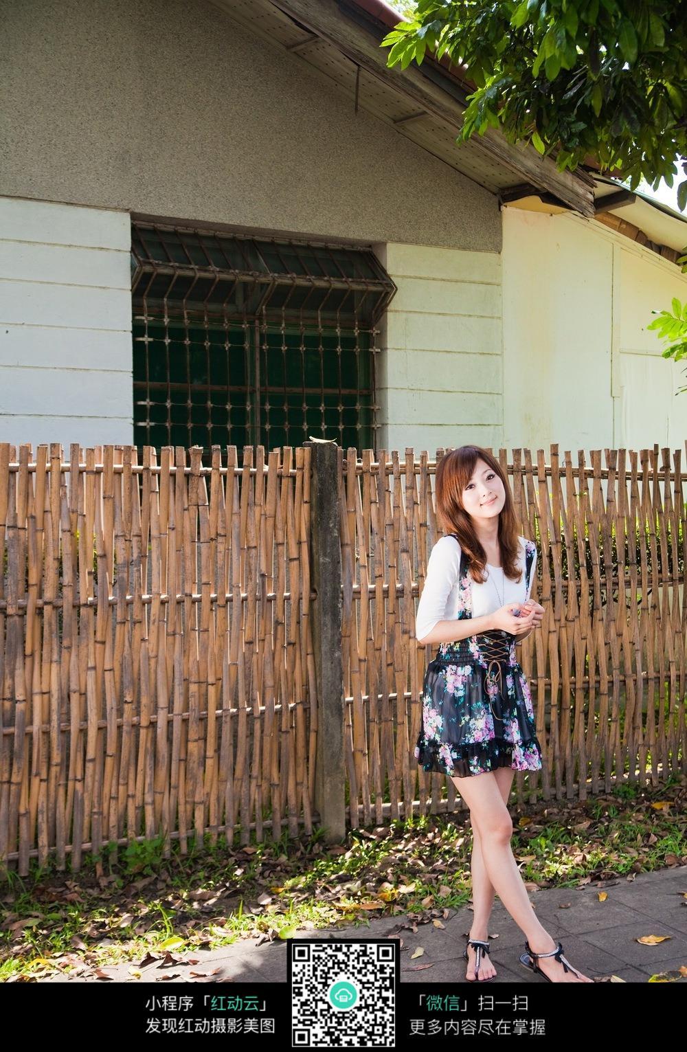 免费素材 图片素材 人物图片 女性女人 农家栅栏旁的清纯少女